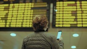 Νέος θηλυκός ταξιδιώτης στον αερολιμένα στην πρόωρη πτήση φιλμ μικρού μήκους