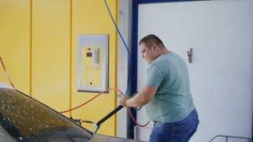 Νέος καυκάσιος αφρός πλύσης ατόμων από το αυτοκίνητό του απόθεμα βίντεο