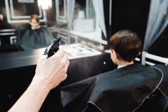 Νέος όμορφος κουρέας που κάνει το κούρεμα του χαριτωμένου αγοριού στο barbershop στοκ φωτογραφίες με δικαίωμα ελεύθερης χρήσης