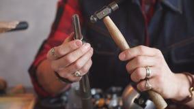 Νέος ταλαντούχος χρυσοχόος που δίνει μια μορφή σε ένα δαχτυλίδι απόθεμα βίντεο