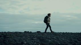 Νέος ταξιδιώτης νομάδων στον επικό περίπατο παραλιών βουνών απόθεμα βίντεο