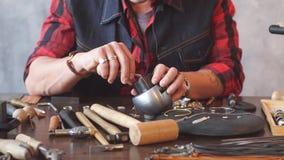 Νέος φιλόδοξος βιοτέχνης που καθορίζει ένα κόσμημα στο σκουλαρίκι απόθεμα βίντεο