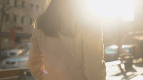 Νέο επιτυχές θηλυκό που περπατά στην ηλιοφώτιστη οδό φθινοπώρου, τουριστική υπηρεσία φιλμ μικρού μήκους