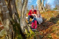 Νέο ζεύγος με την αγάπη, παραδοσιακά ενδύματα, το φυσικό δάσος στοκ φωτογραφίες με δικαίωμα ελεύθερης χρήσης