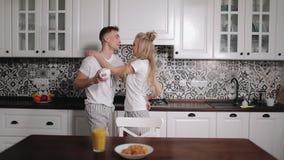 Νέο ζεύγος που χορεύει στην κουζίνα απόθεμα βίντεο