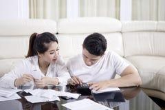Νέο ζεύγος που υπολογίζει την οικιακή χρηματοδότησή τους στοκ φωτογραφίες με δικαίωμα ελεύθερης χρήσης