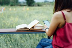 Νέο θηλυκό βιβλίο ανάγνωσης υπαίθριο στις διακοπές στοκ φωτογραφία με δικαίωμα ελεύθερης χρήσης