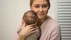 Νέο θηλυκό υγιές νεογέννητο μωρό εκμετάλλευσης στα όπλα, την αγάπη και την τρυφερή μαμά φιλμ μικρού μήκους