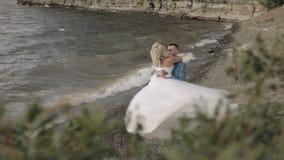 Νέο και όμορφο γαμήλιο ζεύγος από κοινού Καλοί νεόνυμφος και νύφη ευτυχής εκλεκτής ποιότητας γάμος ημέρας ζευγών ιματισμού κίνηση απόθεμα βίντεο