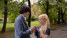 Νέο καλό ζεύγος που περπατά το καλοκαίρι Ρομαντική χρονολόγηση ή lovestory απόθεμα βίντεο