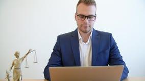 Νέο κείμενο δακτυλογράφησης δικηγόρων εργαζόμενων στο PC σημειωματάριων στον πίνακα στο δικηγορικό γραφείο φιλμ μικρού μήκους