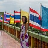 Νέο κορίτσι που στέκεται μπροστά από τη σειρά των σημαιών στοκ φωτογραφίες με δικαίωμα ελεύθερης χρήσης