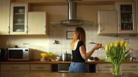 Νέο κορίτσι που χορεύει στην κουζίνα Durham στα χέρια ενός γλυκού πιπεριού σιτηρέσιο έννοιας απόθεμα βίντεο