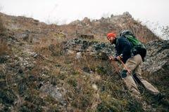 Νέο δραστήριο αρσενικό που στα βουνά με το σακίδιο πλάτης ταξιδιού Οδοιπορία και ορειβασία ταξιδιωτικών γενειοφόρες ατόμων κατά τ στοκ εικόνες