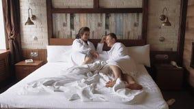 Νέο όμορφο ζεύγος το πρωί που παίρνει έτοιμο για τον εσωτερικό γάμο τους, σε αργή κίνηση 1 φιλμ μικρού μήκους
