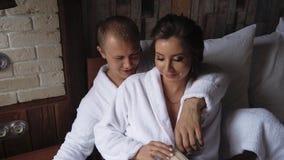 Νέο όμορφο ζεύγος το πρωί που παίρνει έτοιμο για τον εσωτερικό γάμο τους, σε αργή κίνηση 1 απόθεμα βίντεο