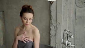 Νέο προκλητικό κορίτσι που στέκεται σε μια πετσέτα απόθεμα βίντεο