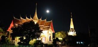 Ναός Chalong τη νύχτα, Phuket - ΤΑΪΛΑΝΔΗ στοκ φωτογραφία