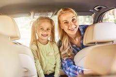 Να διδάξει τα παιδιά για να μετρήσει είναι λεπτό, αλλά η διδασκαλία αυτοί τι μετρά είναι καλύτερη ευτυχής χαμογελώντας μητέρα με  στοκ φωτογραφίες