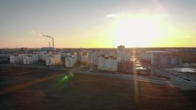 Να παρουσιάσει τον πυροβολισμό από τον αέρα σε μια νέα κατοικήσιμη περιοχή της πόλης στα πλαίσια του ήλιου ρύθμισης και κάπνισμα απόθεμα βίντεο