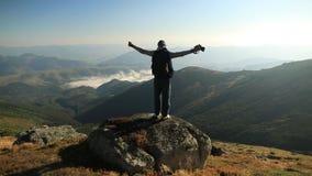 Νεαρός άνδρας πάνω από ένα βουνό Όμορφο τοπίο ανατολής φιλμ μικρού μήκους