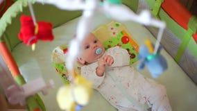 Νεογέννητος με Soother που βρίσκεται στο παχνί απόθεμα βίντεο