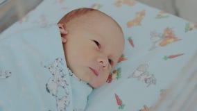 Νεογέννητο μωρό σε ένα νοσοκομείο απόθεμα βίντεο