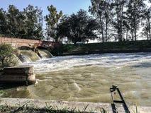 νερό που ρέει στον ποταμό στοκ εικόνες
