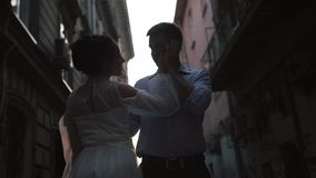 Νεόνυμφος και νύφη σε μια στενή οδό φιλμ μικρού μήκους