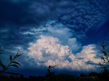 νεφελώδης ουρανός Λεπτά πριν από μια καταιγίδα στοκ εικόνες