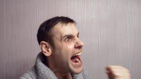 Νευρική κραυγή ατόμων Ένα άτομο φωνάζει κάτω από την πίεση Η απάντηση στον πελάτη φιλμ μικρού μήκους