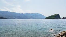 Νησί της Nikola Sveti στον κόλπο και τα βουνά Budva - αδριατικό θέρετρο του Μαυροβουνίου στοκ φωτογραφία