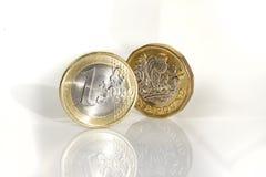 Νομίσματα της ΕΕ και του UK, το ευρώ και η λίβρα στοκ φωτογραφία με δικαίωμα ελεύθερης χρήσης
