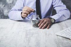 Νομίσματα χεριών ατόμων στοκ φωτογραφία με δικαίωμα ελεύθερης χρήσης