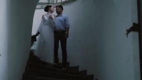 Νύφη και νεόνυμφος στην άσπρη σκάλα απόθεμα βίντεο