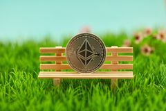 Νόμισμα αιθέρα στην τράπεζα ως έννοια επένδυσης στοκ εικόνες