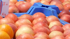 Νόστιμα ώριμα μεγάλα στρογγυλά κόκκινα μήλα σε έναν μετρητή αγοράς επιγραφή στα ουγγρικά απόθεμα βίντεο