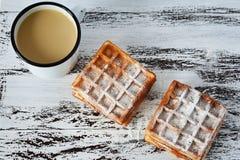 Νόστιμο πρόγευμα, εύγευστα φρέσκα βιενέζικα βάφλες και φλιτζάνι του καφέ στο ξύλινο υπόβαθρο στοκ εικόνες