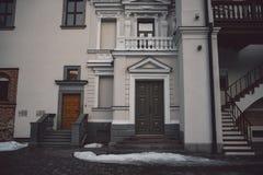 Ντεμοντέ πόρτες στο κλασικό ύφος στην παλαιά πρόσοψη οικοδόμησης στοκ εικόνα