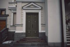 Ντεμοντέ πόρτες στο κλασικό ύφος στο παλαιό υπόβαθρο προσόψεων οικοδόμησης στοκ φωτογραφίες με δικαίωμα ελεύθερης χρήσης