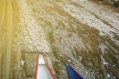 Ξηρασία ποταμών, βάρκα χωρίς οφειλόμενη παγκόσμια αύξηση της θερμοκρασίας λόγω του φαινομένου του θερμοκηπίου νερού στοκ φωτογραφίες