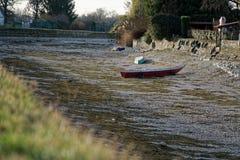 Ξηρασία ποταμών, βάρκα χωρίς οφειλόμενη παγκόσμια αύξηση της θερμοκρασίας λόγω του φαινομένου του θερμοκηπίου νερού στοκ εικόνες