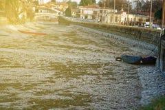 Ξηρασία ποταμών, μπλε βάρκα χωρίς οφειλόμενη παγκόσμια αύξηση της θερμοκρασίας λόγω του φαινομένου του θερμοκηπίου νερού στοκ φωτογραφία