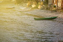 Ξηρασία ποταμών, πράσινη βάρκα χωρίς οφειλόμενη παγκόσμια αύξηση της θερμοκρασίας λόγω του φαινομένου του θερμοκηπίου νερού στοκ εικόνα με δικαίωμα ελεύθερης χρήσης
