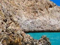 Ξηροί βράχοι και τέλεια μπλε θάλασσα στοκ εικόνες με δικαίωμα ελεύθερης χρήσης