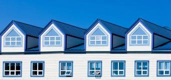 Ξύλινα πλαισίων παράθυρα στεγών μετάλλων σπιτιών μπλε dormer στοκ φωτογραφίες με δικαίωμα ελεύθερης χρήσης
