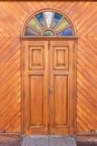 Ξύλινα πόρτα και παράθυρα με τα ζωηρόχρωμα πλακάκια γυαλιού στοκ φωτογραφία