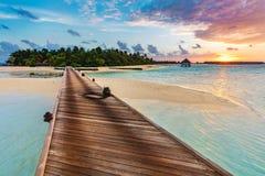 Ξύλινος λιμενοβραχίονας σε μια μπλε θάλασσα στοκ εικόνες με δικαίωμα ελεύθερης χρήσης