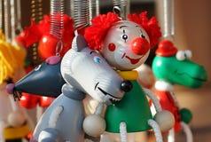 Ξύλινος μικροσκοπικός κλόουν παιχνιδιών και ποικίλα ζώα στοκ εικόνες με δικαίωμα ελεύθερης χρήσης