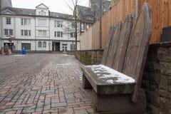 Ξύλινος παραδοσιακός τρύγος πάγκων με το χιόνι σε το στοκ εικόνες με δικαίωμα ελεύθερης χρήσης